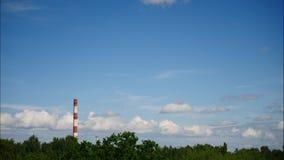 Zmierzchu czasu upływu niebo i chodzenie chmur elektrownia Latvia 4K zdjęcie wideo