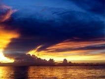 zmierzchu denny statek na horyzont linii i nocy chmurze Zdjęcie Royalty Free