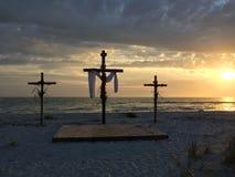 zmierzchu Easter drewniany krzyż na Florida plaży Zdjęcie Stock