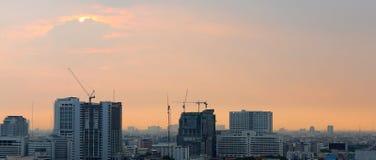 Zmierzchu i chmur tło w wieczór, miasta śródmieście z zmierzchu niebem zdjęcie royalty free
