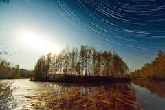 Zmierzchu i gwiazdy ślada Nad jeziorem Obrazy Royalty Free