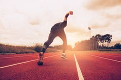 Zmierzchu i m?odego cz?owieka bieg na pas ruchu Sukces i cel biznesowy poj?cie Sport sportowy i ?wiczenie temat zdjęcie royalty free