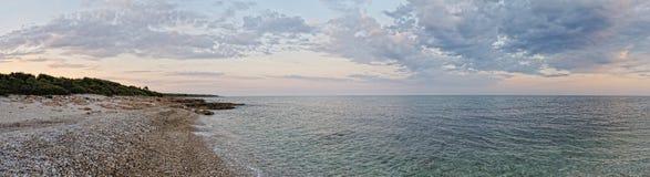 Zmierzchu krajobraz z wybrzeżem morze. Panorama. Obrazy Royalty Free
