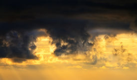 Zmierzchu lekki lać się przez chmur Obraz Stock