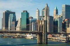 Zmierzchu mosta brooklyńskiego Nowy Jork drapaczy chmur wschodu słońca W centrum riv Zdjęcia Royalty Free