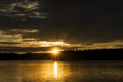 Zmierzchu nieba tło Dramatyczny złocisty zmierzchu niebo z wieczór niebem chmurnieje nad morzem Oszałamiająco niebo chmurnieje w  Zdjęcie Royalty Free