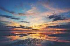 Zmierzchu niebo i odbicie na wodzie fotografia stock