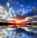 Zmierzchu niebo nad wodnym odbiciem Zdjęcie Royalty Free