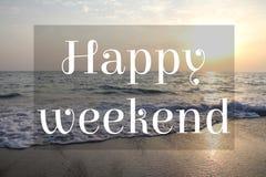 Zmierzchu niebo przy morzem z tekstem: Szczęśliwy weekend Zdjęcia Royalty Free