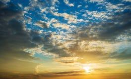 Zmierzchu niebo w chmurach Obrazy Stock