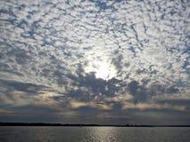 Zmierzchu niebo z chmurami nad połysku Mazury jeziorami w lecie Fotografia Royalty Free