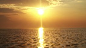 Zmierzchu oceanu fali słońca i zmierzchu promieni widok zdjęcie wideo