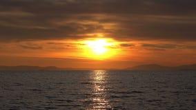 Zmierzchu oceanu fali słońca i zmierzchu promieni widok zbiory