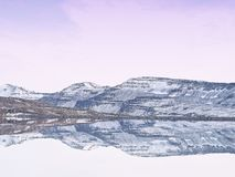 Zmierzchu odbicie przy Heiðarvatn Seyðisfjörður Iceland zdjęcie stock