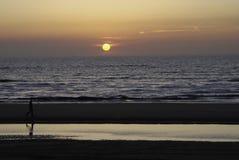 zmierzchu plażowy spacer Obrazy Royalty Free