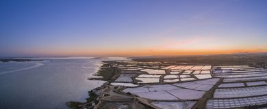 Zmierzchu powietrzny panoramiczny widok w Ria Formosa bagien naturalnym pa, Zdjęcia Stock