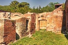 Zmierzchu przelotne spojrzenie w archeologicznym miejscu Ostia Antica, Rzym - Obraz Stock