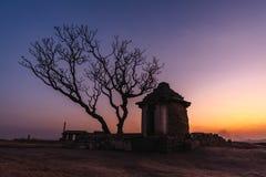 Zmierzchu punkt w hampi karnakata ind odizolowywającym domu z sylwetki drzewnym colorfull jasnym i zdjęcia stock