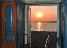 Zmierzchu rzut otwarte drzwi na statku obrazy royalty free