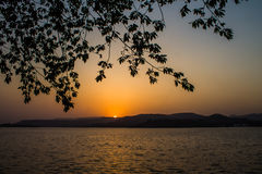 Zmierzchu słońca światło - pomarańczowa colour góra obrazy royalty free