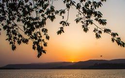 Zmierzchu słońca światło - pomarańczowa colour góra zdjęcie royalty free