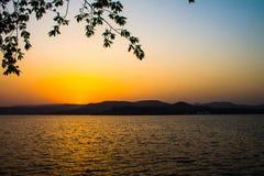 Zmierzchu słońca światło - pomarańczowa colour góra obraz stock