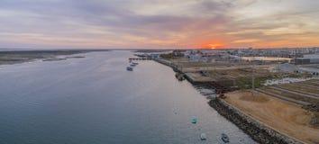 Zmierzchu seascape powietrzny panoramiczny widok Olhao dockyard, nabrzeże Ria Formosa naturalny park Zdjęcie Stock
