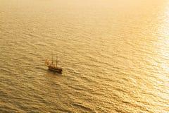 Zmierzchu statek i morze zdjęcie stock