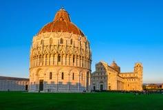 Zmierzchu widok Baptistery St John Battistero Di San Giovanni di Pisa, Pisa Katedralni Duomo di Pisa z Oparty wierza Zdjęcia Stock