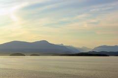 Zmierzchu widok linia brzegowa północny Vancouver od oceanu, zdjęcia stock