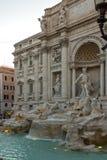 Zmierzchu widok ludzie odwiedza Trevi fontannę Fontana Di Trevi w mieście Rzym, Włochy Zdjęcie Royalty Free