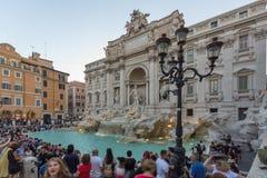 Zmierzchu widok ludzie odwiedza Trevi fontannę Fontana Di Trevi w mieście Rzym, Włochy Obraz Royalty Free