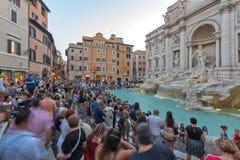 Zmierzchu widok ludzie odwiedza Trevi fontannę Fontana Di Trevi w mieście Rzym, Włochy Fotografia Royalty Free