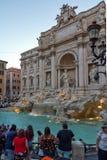 Zmierzchu widok ludzie odwiedza Trevi fontannę Fontana Di Trevi w mieście Rzym, Włochy Fotografia Stock