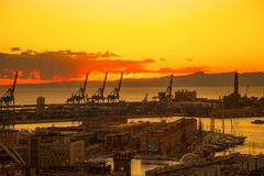 Zmierzchu widok miasto genua, Italy/genuy landscape/genuy Skyline/miasta landscape/widoku light/miasta aereal light/orange/s Obraz Royalty Free