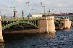 Zmierzchu widok most i rzeka obrazy stock