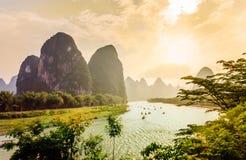Zmierzchu widok na krasu krajobrazie i Li rzece Yanhshuo w Chiny Fotografia Stock