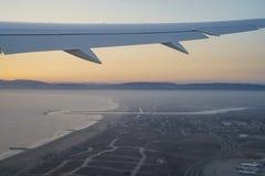 Zmierzchu widok niebo od nadokiennego siedzenia w samolocie Zdjęcie Royalty Free
