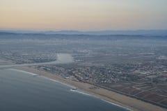 Zmierzchu widok niebo od nadokiennego siedzenia w samolocie Fotografia Stock