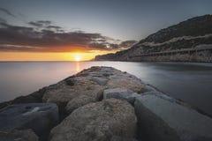 Zmierzchu widok od falochronu na plaży zdjęcie royalty free