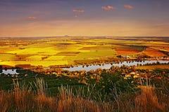 Zmierzchu widok od Radobyl wzgórza europejski rzeczny Labe, złoci pola, wzgórza rozprucie na horizont i miasta Bohusovice nad Ohr Obraz Royalty Free