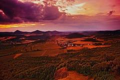 Zmierzchu widok od Radobyl wzgórza Michalovice wioska i Milesovka wzgórza na horizont w CHKO Ceske Stredohori regionie turystyczn Zdjęcia Royalty Free