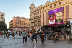 Zmierzchu widok odprowadzeń ludzie przy Callao kwadratem Plac Del Callao w mieście Madryt, Hiszpania zdjęcia royalty free