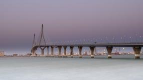 Zmierzchu widok Puente De Los angeles Constitucion de 1812 aka Puente De Los Angeles Pepe, Cadiz, Andalucia, Hiszpania zdjęcie stock