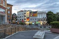 Zmierzchu widok ?rodkowa zwyczajna ulica blisko Dzhumaya meczetu i rzymianina stadium w mie?cie Plovd zdjęcia stock