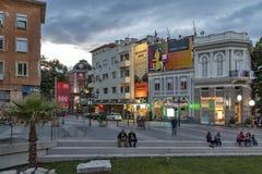 Zmierzchu widok ?rodkowa zwyczajna ulica blisko Dzhumaya meczetu i rzymianina stadium w mie?cie Plovd zdjęcie stock