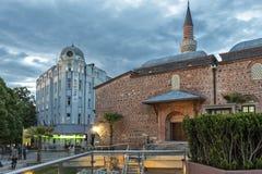 Zmierzchu widok ?rodkowa zwyczajna ulica blisko Dzhumaya meczetu i rzymianina stadium w mie?cie Plovd obraz royalty free