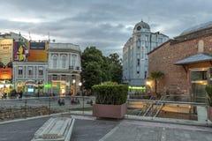 Zmierzchu widok ?rodkowa zwyczajna ulica blisko Dzhumaya meczetu i rzymianina stadium w mie?cie Plovd obrazy royalty free