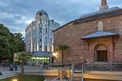 Zmierzchu widok ?rodkowa zwyczajna ulica blisko Dzhumaya meczetu i rzymianina stadium w mie?cie Plovd zdjęcia royalty free