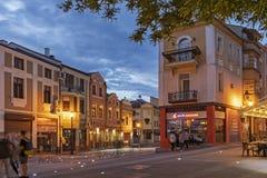 Zmierzchu widok ?rodkowa zwyczajna ulica blisko Dzhumaya meczetu i rzymianina stadium w mie?cie Plovd zdjęcie royalty free